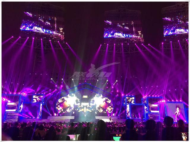 如约而至 海心沙一起跨年2016 广州海心沙跨年演唱会#由舞美动力全程打造。12.31. 广州海心沙,我们如约而至!!!拒绝自嗨!就要万人狂欢!嗨翻全场!这个冬天,火爆回归!我们如约而至!有备而来! 让你的荷尔蒙跟随我们嗨爆表的律动尽情放肆摇摆吧!彩排现场: